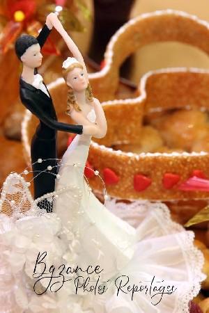 Figurines sur le gâteau des mariés.